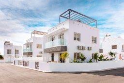 Фасад дома. Кипр, Нисси Бич : Прекрасная вилла с 3-мя спальнями, с бассейном, солнечной террасой с патио и барбекю, садом на крыше с панорамным видом, расположена в 500 метрах от пляжа Sandy Bay Beach