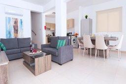 Гостиная. Кипр, Нисси Бич : Прекрасная вилла с 3-мя спальнями, с бассейном, солнечной террасой с патио и барбекю, садом на крыше с панорамным видом, расположена в 500 метрах от пляжа Sandy Bay Beach