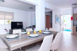 Обеденная зона. Кипр, Нисси Бич : Прекрасная вилла с 3-мя спальнями, с бассейном, солнечной террасой с патио и барбекю, садом на крыше с панорамным видом, расположена в 500 метрах от пляжа Sandy Bay Beach