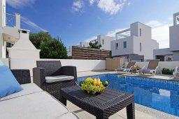 Зона отдыха у бассейна. Кипр, Нисси Бич : Прекрасная вилла с 3-мя спальнями, с бассейном, солнечной террасой с патио и барбекю, садом на крыше с панорамным видом, расположена в 500 метрах от пляжа Sandy Bay Beach