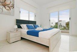 Спальня. Кипр, Нисси Бич : Прекрасная вилла с 3-мя спальнями, с бассейном, солнечной террасой с патио и барбекю, садом на крыше с панорамным видом, расположена в 500 метрах от пляжа Sandy Bay Beach