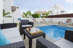 Зона отдыха у бассейна. Кипр, Нисси Бич : Восхитительная вилла с 3-мя спальнями, с бассейном, солнечной террасой с патио и каменным барбекю, садом на крыше с панорамным видом, расположена в 500 метрах от пляжа Sandy Bay Beach
