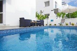 Бассейн. Кипр, Нисси Бич : Восхитительная вилла с 3-мя спальнями, с бассейном, солнечной террасой с патио и каменным барбекю, садом на крыше с панорамным видом, расположена в 500 метрах от пляжа Sandy Bay Beach