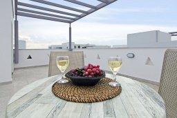 Терраса. Кипр, Нисси Бич : Восхитительная вилла с 3-мя спальнями, с бассейном, солнечной террасой с патио и каменным барбекю, садом на крыше с панорамным видом, расположена в 500 метрах от пляжа Sandy Bay Beach