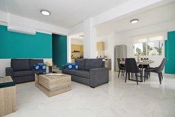 Гостиная. Кипр, Нисси Бич : Восхитительная вилла с 3-мя спальнями, с бассейном, солнечной террасой с патио и каменным барбекю, садом на крыше с панорамным видом, расположена в 500 метрах от пляжа Sandy Bay Beach