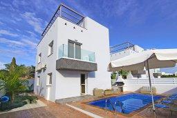 Вид на виллу/дом снаружи. Кипр, Нисси Бич : Великолепная вилла с 3-мя спальнями, с бассейном, солнечной террасой с патио и каменным барбекю, садом на крыше с панорамным видом, расположена в 500 метрах от пляжа Sandy Bay Beach
