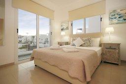 Спальня. Кипр, Нисси Бич : Великолепная вилла с 3-мя спальнями, с бассейном, солнечной террасой с патио и каменным барбекю, садом на крыше с панорамным видом, расположена в 500 метрах от пляжа Sandy Bay Beach