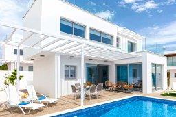 Вид на виллу/дом снаружи. Кипр, Центр Айя Напы : Шикарная вилла с террасой на крыше с видом на Средиземное море, с 3-мя спальнями, с бассейном, патио и барбекю, расположена в центре Айя-Напы