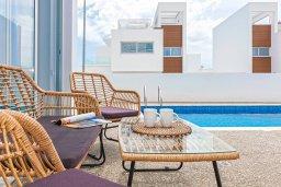 Зона отдыха у бассейна. Кипр, Центр Айя Напы : Шикарная вилла с террасой на крыше с видом на Средиземное море, с 3-мя спальнями, с бассейном, патио и барбекю, расположена в центре Айя-Напы