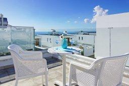 Вид на море. Кипр, Центр Айя Напы : Потрясающая вилла с террасой на крыше с видом на Средиземное море, с 3-мя спальнями, с бассейном, патио и барбекю, расположена в центре Айя-Напы