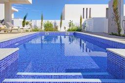 Бассейн. Кипр, Пернера Тринити : Прекрасная вилла с террасой на крыше с видом на Средиземное море, с 3-мя спальнями, бассейном, патио и барбекю, расположена недалеко от пляжа Trinity Beach