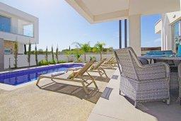Зона отдыха у бассейна. Кипр, Пернера Тринити : Прекрасная вилла с террасой на крыше с видом на Средиземное море, с 3-мя спальнями, бассейном, патио и барбекю, расположена недалеко от пляжа Trinity Beach