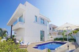Вид на виллу/дом снаружи. Кипр, Пернера Тринити : Удивительная вилла с террасой на крыше с видом на Средиземное море, с 3-мя спальнями, бассейном, патио и барбекю, расположена недалеко от пляжей Vrysoudia Beach и Trinity Beach