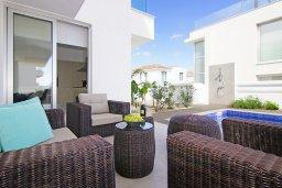 Зона отдыха у бассейна. Кипр, Пернера Тринити : Сказочная вилла с террасой на крыше с видом на Средиземное море, с 3-мя спальнями, бассейном, патио и барбекю, расположена недалеко от пляжей Vrysoudia Beach и Trinity Beach