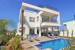 Вид на виллу/дом снаружи. Кипр, Пернера Тринити : Современная вилла с террасой на крыше с видом на Средиземное море, с 3-мя спальнями, бассейном, патио и барбекю, расположена недалеко от пляжей Vrysoudia Beach и Trinity Beach