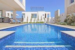 Бассейн. Кипр, Пернера Тринити : Современная вилла с террасой на крыше с видом на Средиземное море, с 3-мя спальнями, бассейном, патио и барбекю, расположена недалеко от пляжей Vrysoudia Beach и Trinity Beach
