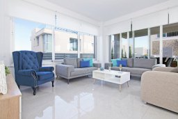 Гостиная. Кипр, Пернера Тринити : Современная вилла с террасой на крыше с видом на Средиземное море, с 3-мя спальнями, бассейном, патио и барбекю, расположена недалеко от пляжей Vrysoudia Beach и Trinity Beach