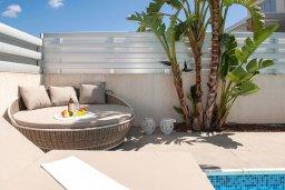 Зона отдыха у бассейна. Кипр, Фиг Три Бэй Протарас : Волшебная вилла с потрясающей террасой на крыше с видом на Средиземное море, с 4-мя спальнями, с бассейном, патио, lounge-зоной и барбекю, расположена недалеко от пляжа Fig Tree Bay