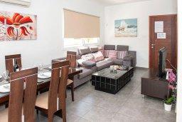 Гостиная. Кипр, Фиг Три Бэй Протарас : Волшебная вилла с потрясающей террасой на крыше с видом на Средиземное море, с 4-мя спальнями, с бассейном, патио, lounge-зоной и барбекю, расположена недалеко от пляжа Fig Tree Bay