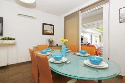 Обеденная зона. Кипр, Пернера Тринити : Очаровательная вилла с 3-мя спальнями, с бассейном, тенистой террасой с патио и каменным барбекю, расположена недалеко от пляжа Sirena Bay beach