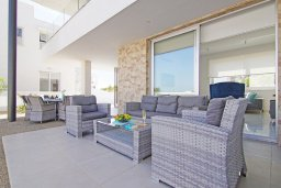 Зона отдыха у бассейна. Кипр, Пернера Тринити : Современная вилла с террасой на крыше с видом на Средиземное море, с 3-мя спальнями, бассейном, патио и барбекю, расположена недалеко от пляжей Vrysoudia Beach и Trinity Beach