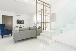 Лестница наверх. Кипр, Пернера Тринити : Современная вилла с террасой на крыше с видом на Средиземное море, с 3-мя спальнями, бассейном, патио и барбекю, расположена недалеко от пляжей Vrysoudia Beach и Trinity Beach