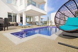 Зона отдыха у бассейна. Кипр, Пернера Тринити : Шикарная вилла с террасой на крыше с видом на Средиземное море, с 3-мя спальнями, бассейном, патио и барбекю, расположена недалеко от пляжей Vrysoudia Beach и Trinity Beach