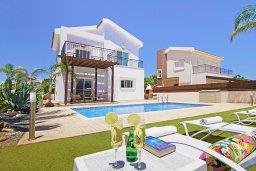 Вид на виллу/дом снаружи. Кипр, Ионион - Айя Текла : Замечательная вилла в окружении зелёного сада, с 3-мя спальнями, с бассейном, солнечной террасой с патио и барбекю, расположена в 70 метрах от моря