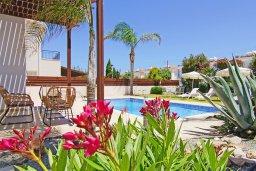 Зона отдыха у бассейна. Кипр, Ионион - Айя Текла : Замечательная вилла в окружении зелёного сада, с 3-мя спальнями, с бассейном, солнечной террасой с патио и барбекю, расположена в 70 метрах от моря