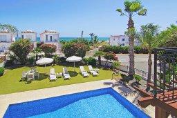 Бассейн. Кипр, Ионион - Айя Текла : Замечательная вилла в окружении зелёного сада, с 3-мя спальнями, с бассейном, солнечной террасой с патио и барбекю, расположена в 70 метрах от моря