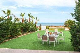 Зелёный сад. Кипр, Ионион - Айя Текла : Очаровательная вилла с шикарным видом на Средиземное море, в окружении зелёного сада, с 3-мя спальнями, солнечной террасой с патио и барбекю, расположена на побережье в Ayia Thekla