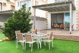 Терраса. Кипр, Ионион - Айя Текла : Очаровательная вилла с шикарным видом на Средиземное море, в окружении зелёного сада, с 3-мя спальнями, солнечной террасой с патио и барбекю, расположена на побережье в Ayia Thekla
