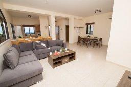 Гостиная. Кипр, Капо Греко : Потрясающая вилла с 5-ю спальнями, с бассейном, тенистой террасой с патио и традиционным кипрским барбекю, расположена недалеко от пляжа Konnos Bay Beach