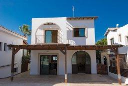 Фасад дома. Кипр, Капо Греко : Потрясающая вилла с 5-ю спальнями, с бассейном, тенистой террасой с патио и традиционным кипрским барбекю, расположена недалеко от пляжа Konnos Bay Beach