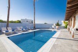Бассейн. Кипр, Капо Греко : Потрясающая вилла с 5-ю спальнями, с бассейном, тенистой террасой с патио и традиционным кипрским барбекю, расположена недалеко от пляжа Konnos Bay Beach