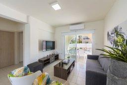 Гостиная. Кипр, Каво Марис Протарас : Впечатляющая вилла с террасой на крыше с видом на Средиземное море, с 4-мя спальнями, с бассейном, патио и барбекю, расположена в 400 метрах от пляжа Green Bay Beach