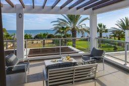 Терраса. Кипр, Перволия : Превосходная вилла с захватывающим видом на Средиземное море и горы, с 4-мя спальнями, с бассейном, тенистой террасой с патио и барбекю, расположена на побережье в красивой деревне Перволия