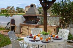 Развлечения и отдых на вилле. Кипр, Ионион - Айя Текла : Очаровательная вилла с видом на Средиземное море, с 2-м спальнями, тенистой террасой с патио и барбекю, в окружении зелёного сада, расположена в тихом районе Айя-Текла