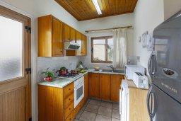 Кухня. Кипр, Ионион - Айя Текла : Очаровательная вилла с видом на Средиземное море, с 2-м спальнями, тенистой террасой с патио и барбекю, в окружении зелёного сада, расположена в тихом районе Айя-Текла