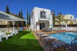 Вид на виллу/дом снаружи. Кипр, Пернера : Потрясающая вилла с 3-мя спальнями, с бассейном с подогревом, солнечной террасой с патио и барбекю, расположена недалеко от пляжа Pernera Beach