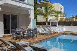 Зона отдыха у бассейна. Кипр, Пернера : Потрясающая вилла с 3-мя спальнями, с бассейном с подогревом, солнечной террасой с патио и барбекю, расположена недалеко от пляжа Pernera Beach
