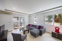 Гостиная. Кипр, Пернера : Потрясающая вилла с 3-мя спальнями, с бассейном с подогревом, солнечной террасой с патио и барбекю, расположена недалеко от пляжа Pernera Beach