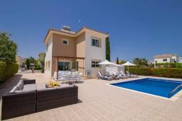 Вид на виллу/дом снаружи. Кипр, Ионион - Айя Текла : Прекрасная вилла с 3-мя спальнями, с бассейном, тенистой террасой с патио, lounge-зоной и традиционным каменным барбекю, расположена рядом с красивой маленькой бухтой Liopetriou