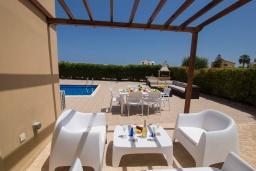 Терраса. Кипр, Ионион - Айя Текла : Прекрасная вилла с 3-мя спальнями, с бассейном, тенистой террасой с патио, lounge-зоной и традиционным каменным барбекю, расположена рядом с красивой маленькой бухтой Liopetriou
