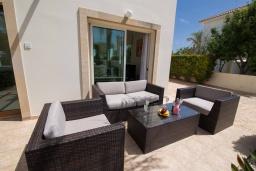 Патио. Кипр, Ионион - Айя Текла : Прекрасная вилла с 3-мя спальнями, с бассейном, тенистой террасой с патио, lounge-зоной и традиционным каменным барбекю, расположена рядом с красивой маленькой бухтой Liopetriou