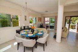 Обеденная зона. Кипр, Ионион - Айя Текла : Прекрасная вилла с 3-мя спальнями, с бассейном, тенистой террасой с патио, lounge-зоной и традиционным каменным барбекю, расположена рядом с красивой маленькой бухтой Liopetriou