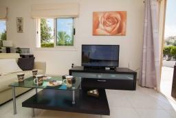 Гостиная. Кипр, Ионион - Айя Текла : Прекрасная вилла с 3-мя спальнями, с бассейном, тенистой террасой с патио, lounge-зоной и традиционным каменным барбекю, расположена рядом с красивой маленькой бухтой Liopetriou