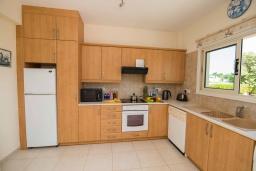 Кухня. Кипр, Ионион - Айя Текла : Прекрасная вилла с 3-мя спальнями, с бассейном, тенистой террасой с патио, lounge-зоной и традиционным каменным барбекю, расположена рядом с красивой маленькой бухтой Liopetriou