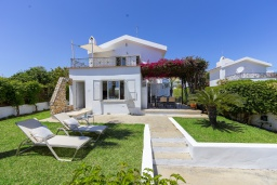 Вид на виллу/дом снаружи. Кипр, Фиг Три Бэй Протарас : Очаровательная вилла в греческом стиле с 4-мя спальнями, тенистой террасой с патио и барбекю, расположена недалеко от пляжа Fig Tree Bay