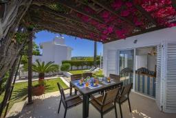 Терраса. Кипр, Фиг Три Бэй Протарас : Очаровательная вилла в греческом стиле с 4-мя спальнями, тенистой террасой с патио и барбекю, расположена недалеко от пляжа Fig Tree Bay